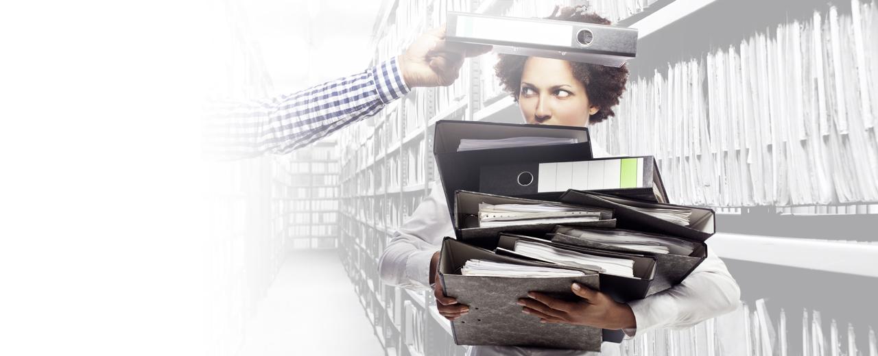 Akten scannen eine Frau trägt Aktenordner in einem Archiv