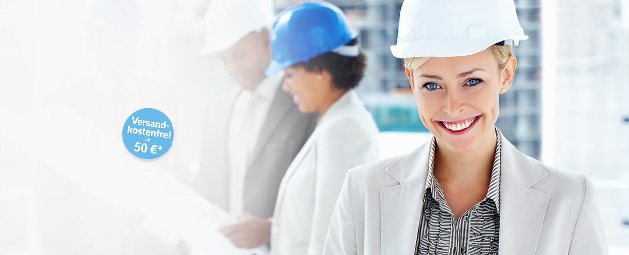 Plotservice Eine Bauleiterin mit Helm lächelt