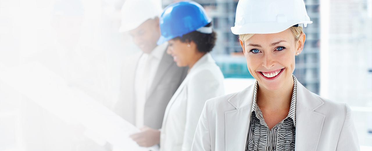 CAD Plots Eine Bauleiterin mit Helm lächelt