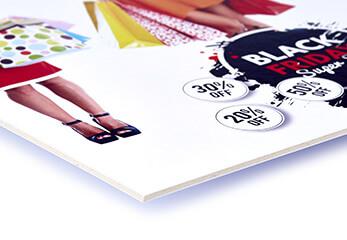 Ein Werbeschild auf Display-Board gedruckt