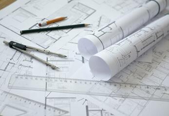 Architekturzeichnungen liegen auf einem Tisch